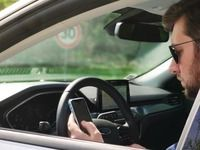 Piétons, cyclistes, conducteurs: tous rivés au téléphonesur la route