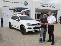 Le parachutiste de l'espace roule en Volkswagen Touareg