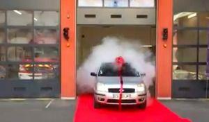 Lyon: les pompiers offrent une auto à l'agent d'entretien de la caserne