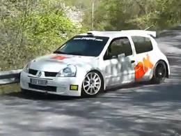 Robert Kubica au volant d'une voiture de rallye et devant une caméra