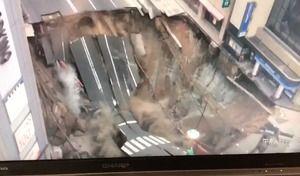 Insolite : untrou géant avale une route au Japon