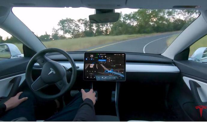 Tesla montre l'Autopilot totalement autonome