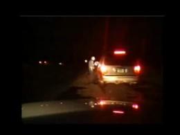 [Vidéo] Un policier américain échappe miraculeusement à la mort en appréhendant un conducteur armé
