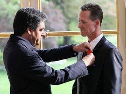 Fillon décerne la Légion d'honneur à Schumi !