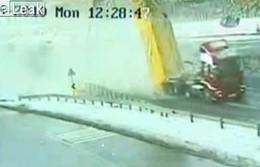 Vidéo : Un routier oublie de redescendre sa benne et arrache un pont sur l'autoroute