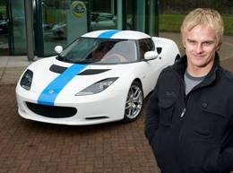 Heikki Kovalainen en visite chez Lotus Cars