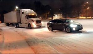 Quand un Model X aide un camion Volvo à monter une côte enneigée