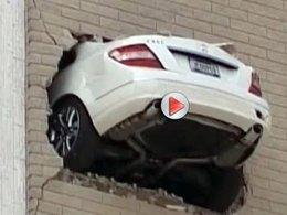 L'incroyable accident de la Mercedes plantée en haut d'un building en vidéo