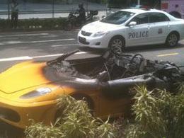 Une Ferrari F430 Spider s'embrase à Singapour