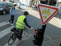 Tourne à droite à Paris : cyclistes 1 - feu rouge 0
