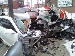 Incroyable crash d'une Chevrolet Camaro coupée en deux par un poteau : le conducteur est indemne