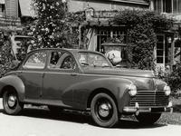 Une conductrice est au volant d'une Peugeot 203 depuis 65 ans