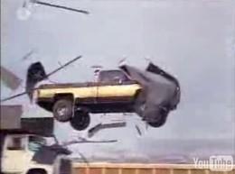 Vidéo : L'homme qui tombe à pic ou l'art du saut en pick-up