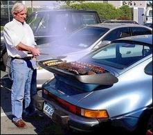 Barbecue pas barbant : il mange du porc sur sa Porsche