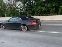 Il prend l'autoroute avec sa BMW sans pneu