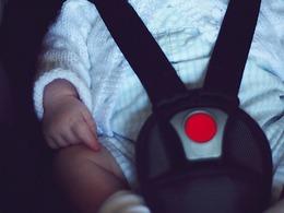 Une mère jugée coupable des blessures de sa fille installée dans un siège auto inadapté