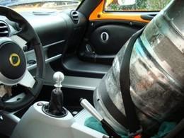 Boire ou conduire ( en voiture de sport ), il faut trouver de la place...