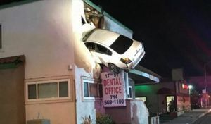 Insolite : la voiture décolle et finit dans le 1er étage d'un bâtiment