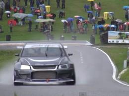Hill Climb : Une Mitsubishi Lancer Evolution de 600 ch sous la pluie