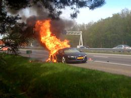 Une Audi R8 prend feu sur une route néerlandaise