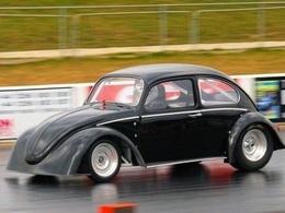 Réveil auto : drag race écolo mais costaud, Tesla Roadster contre méchante Coccinelle électrique