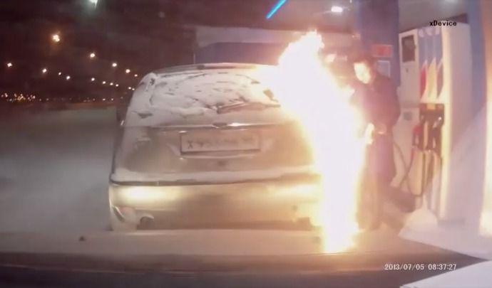 Insolite : elle dégivre sa trappe à essence avec un briquet