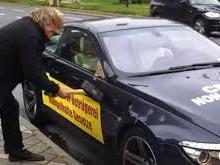 Un client mécontent détruit sa BMW devant le salon de Francfort !