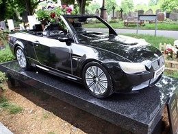 Une BMW M3 en guise de tombe !