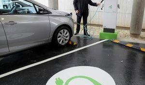Autoroutes: 200 bornes de recharge rapide tous les 80 kilomètres