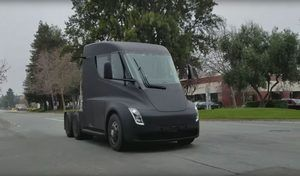 Tesla: le Semi surpris dans la rue!