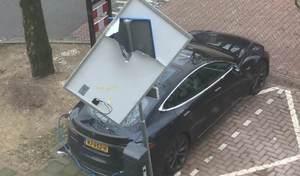 Une Tesla Model S épargnée par un panneau de signalisation!