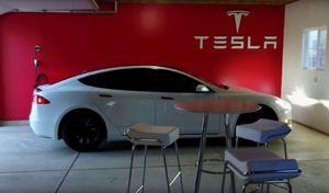 Il transforme son garage en concession Tesla