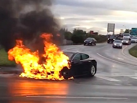 une tesla model s accident e prend feu. Black Bedroom Furniture Sets. Home Design Ideas