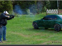 De l'art avec des Kalashnikov, des fleurs et une vieille BMW Serie 3