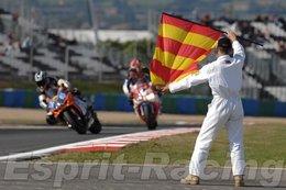 Réponse à la question du jour n° 134 : en course sur circuit, que signifie l'agitation du drapeau « espagnol » ?