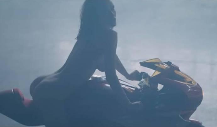 Vidéo - MV Agusta: la promo de la Oro façon éro, c'est plus que chaud