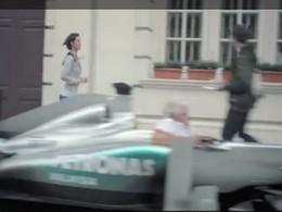 [Vidéo pub] Les Mercedes GP ne gagnent pas en Formule 1, mais au moins elles sont pratiques au quotidien