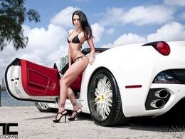 Une brune en bikini sur une Ferrari California pour faire la promo des jantes Savini