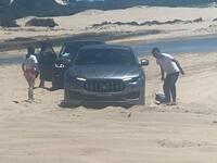Il bloque son Maserati Levante sur une plage australienne