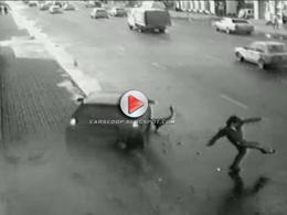 |Vidéo] Il évite miraculeusement l'écrasement par une voiture