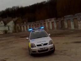 [Vidéo] Il se fait filmer en train de tirer des freins à main avec la voiture de police qu'il vient de voler