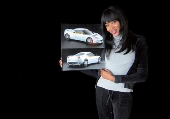 Naomi Campbell sait se montrer persuasive pour vendre ses Lotus Evora en faveur d'Haïti : 500 000 dollars pour le premier exemplaire