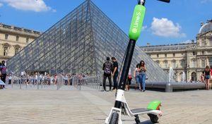 Paris : les trottinettes électriques devront être laissées sur... les places de parking