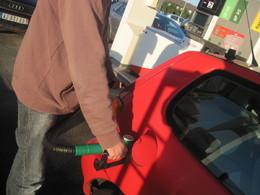 Prix du carburant : Eric Besson et les pétroliers se renvoient la balle