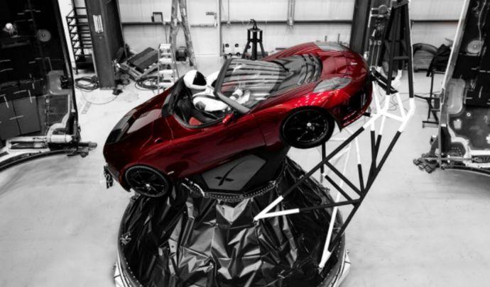 Insolite le roadster tesla d collera bien pour l 39 espace for Espace insolite