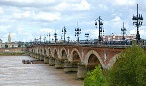 Bordeaux: le célèbre pont de pierre bientôt interdit aux autos