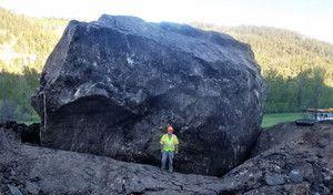 Trop lourd, ce rocher oblige les autorités à construire un contournement d'autoroute