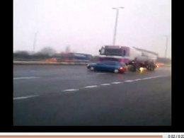 Le routier qui poussait en toute insouciance une Renault Clio avec son camion gardera son permis