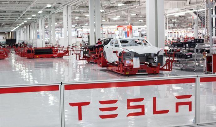 Tesla embauchedeux pointures d'Apple pour la conduite autonome et le design