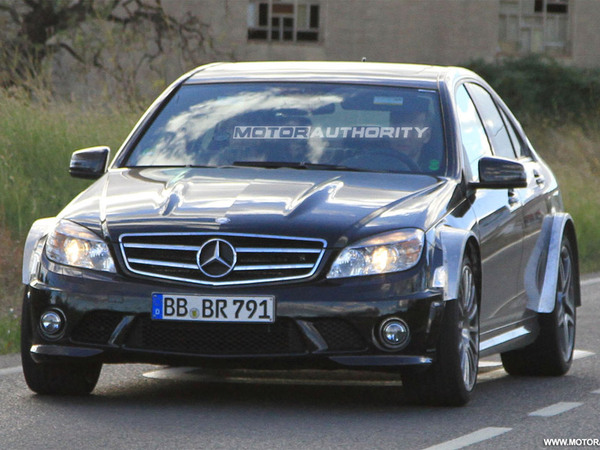 Photos volées : la Mercedes C63 AMG Black Series lime le Ring